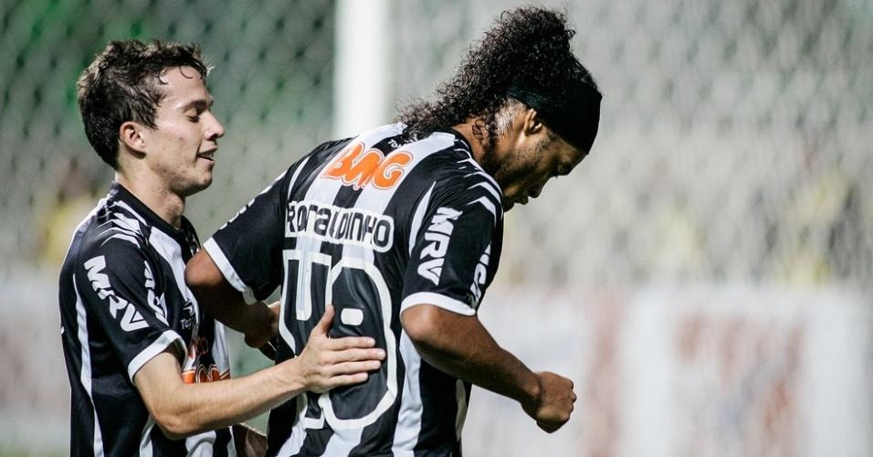 Ronaldinho e Bernard comemoram gol na vitória do Atlético-MG sobre o Náutico (23-06-2012)