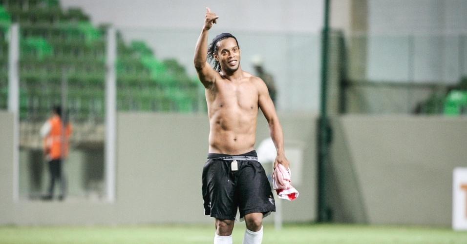 Ronaldinho Gaúcho acena para a torcida após goleada do Atlético-MG sobre o Náutico (23/6/2012)