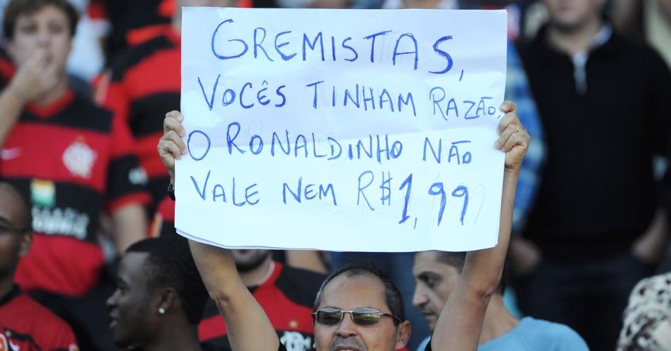 Torcedor do Flamengo se úne a gremistas para provocar o meia Ronaldinho, hoje no Atlético-MG