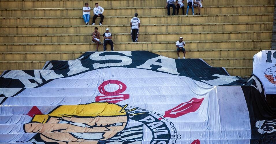 Torcedores organizados do Corinthians preparam bandeirão para o clássico contra o Palmeiras no Pacaembu