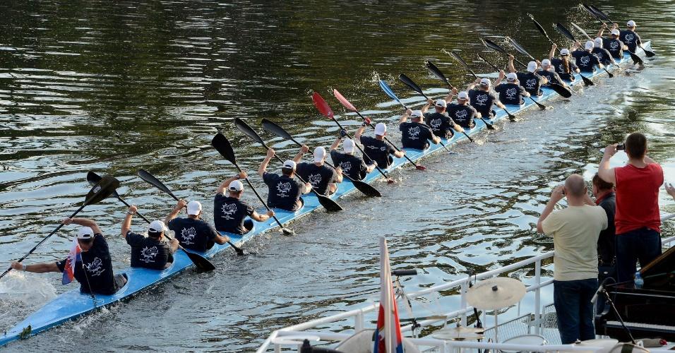 """25.jun.2012 - Canoa K20 com 40 metros de comprimento tenta entrar para o Livro dos Recordes como a mais comprida durante o Festival da Água """"Bydgoszcz thruster"""", na Polônia"""