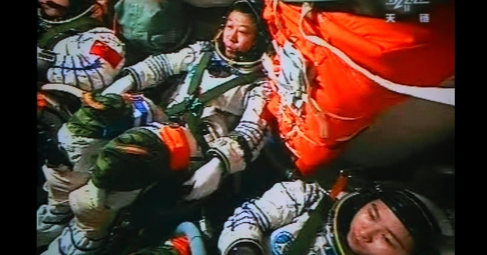 25.jun.2012 - Os tr&#234;s astronautas que viajam na nave &#34;Shenzhou IX&#34;, lan&#231;ada ao espa&#231;o no &#250;ltimo dia 16, completaram com sucesso o acoplamento manual entre seu ve&#237;culo e o modulo espacial &#34;Tiangong I&#34;, o primeiro que a China consegue realizar. A manobra foi completada pouco antes de 12h50 (hor&#225;rio local, 1h50 de Bras&#237;lia)