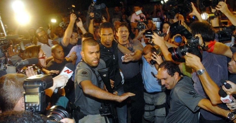 7.jul.2010 - O goleiro Bruno Souza, do Flamengo, chega à Polinter (Polícia Interestadual), no Andaraí, zona norte do Rio de Janeiro. Segundo o delegado Edson Moreira, que conduz as investigações em Minas Gerais, a polícia pediu a prisão do atleta porque os suspeitos estariam atrapalhando as investigações