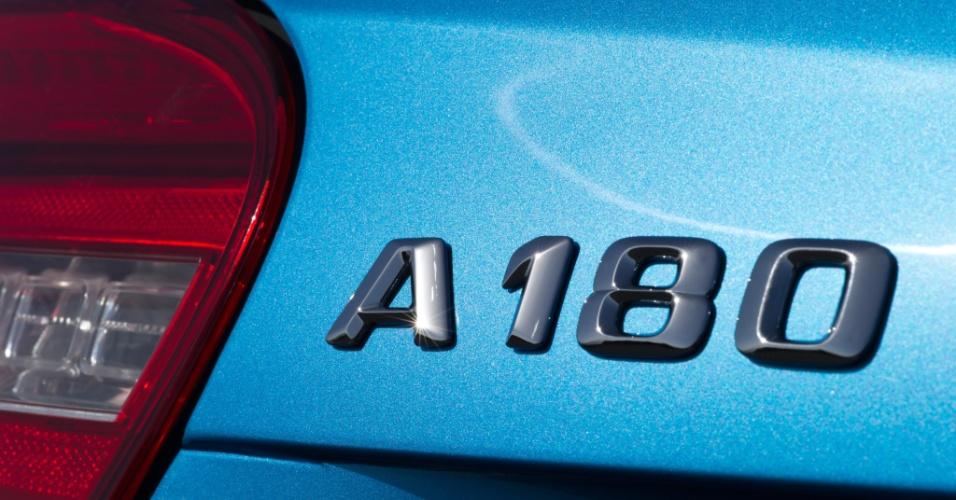 """O A180 azul das fotos é """"verde"""": equipado com motor a diesel, ele pertence à família de modelos eficientes da marca, a BlueEfficiency"""