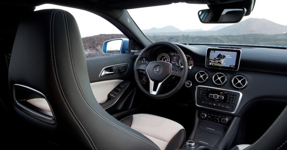 Os maiores destaques do cockpit do Classe A são a tela touch screen de 14 polegadas acima das saídas de ar e os bancos esportivos