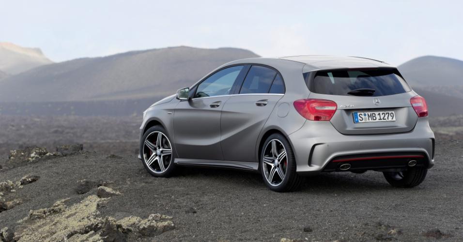 """Compare: os números do Classe A são quase """"clones"""" dos do novo BMW Série 1 (três centímetros maior, um menor e dois mais estreito)"""