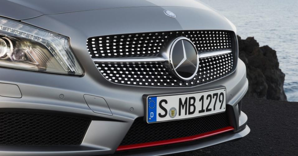 A frente da versão AMG Sport -- a mais agressiva entre as três apresentadas -- tem detalhes cromados que preenchem toda a grade