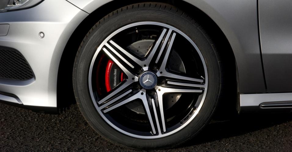 As rodas em formato de estrela da versão AMG Sport são preteadas e vêm com as pinças dos discos de freio pintadas na cor vermelha