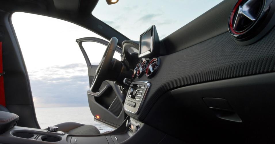 O novo Classe A terá integração total entre os sistemas de entretenimento e telefonia com smartphones com motorista e passageiros