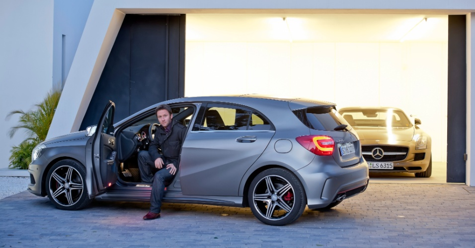 Mark Fetherston (foto) é o responsável pelo desenho do novo Classe A e também pelo do superesportivo SLS (ao fundo, na garagem)