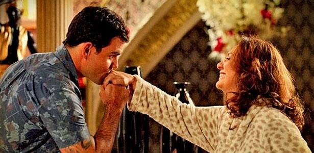 Paixão de Adauto (Juliano Cazarré) por Muricy (Eliane Giardini) é alvo de crítica de familiares e amigos