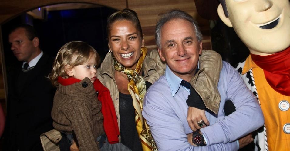 Adriane Galisteu e o filho Vittorio prestigiaram o aniversário de três anos de Pietro, filho do apresentador Otávio Mesquita (25/6/12). A festa aconteceu em um salão de festa em Moema, São Paulo