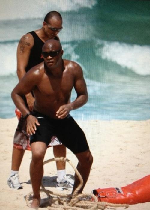 Anderson Silva realiza treino na praia para se preparar para o combate contra Chael Sonnen