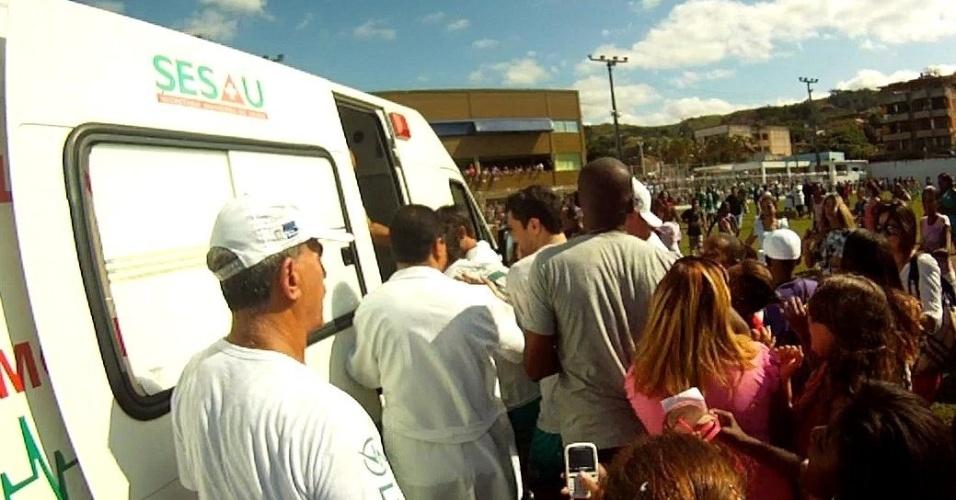 Artistas deixam campo de futebol em Paraíba do Sul, no Rio de Janeiro, dentro de ambulância, após sofrerem com assédio das fãs (24/6/12)