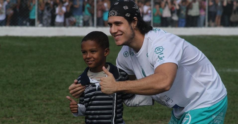 Ator Emiliano D'Avila posa ao lado das fãs em Paraíba do Sul, no Rio de Janeiro (24/6/12)