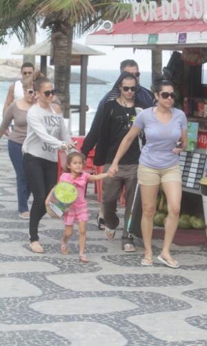 Jennifer Lopez caminhou pela calcação da praia de Ipanema, zona sul do Rio (25/6/12)