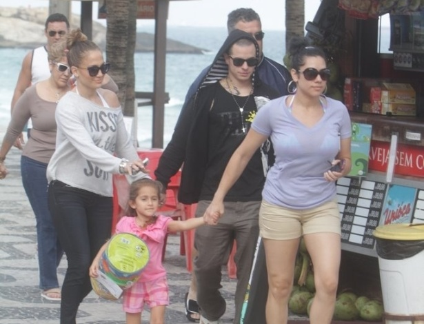 Jennifer Lopez caminhou pela calca&#231;&#227;o da praia de Ipanema, zona sul do Rio (25/6/12)
