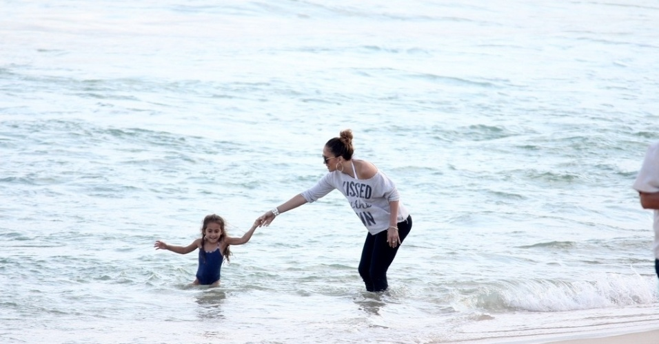 Jennifer Lopez e a filha Emme se divertiram na praia de Ipanema, zona sul do Rio (25/6/12)