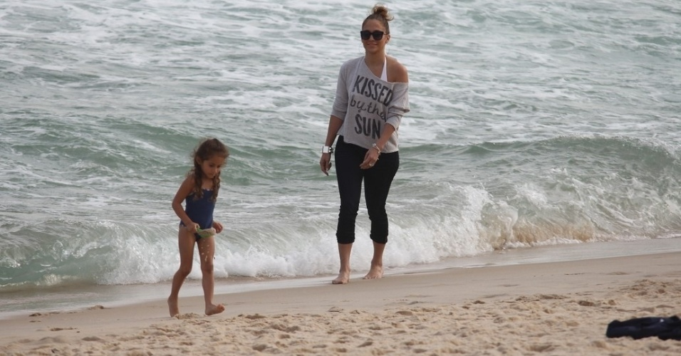 Jennifer Lopez e a filha Emme se divertiram na praia de Ipanema, zona sul do Rio (25/6/12). A cantora far&#225; um show na cidade na pr&#243;xima quarta (27)