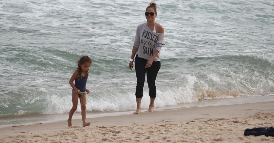 Jennifer Lopez e a filha Emme se divertiram na praia de Ipanema, zona sul do Rio (25/6/12). A cantora fará um show na cidade na próxima quarta (27)