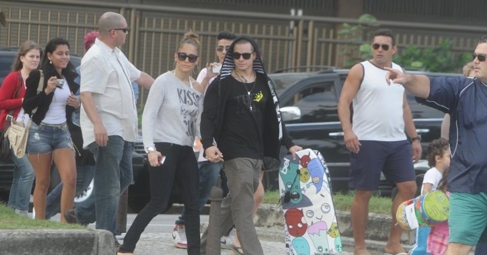 Jennifer Lopez e o namorado, Casper Smart, foram escoltados por seguranças durante ida à praia, no Rio (25/6/12)