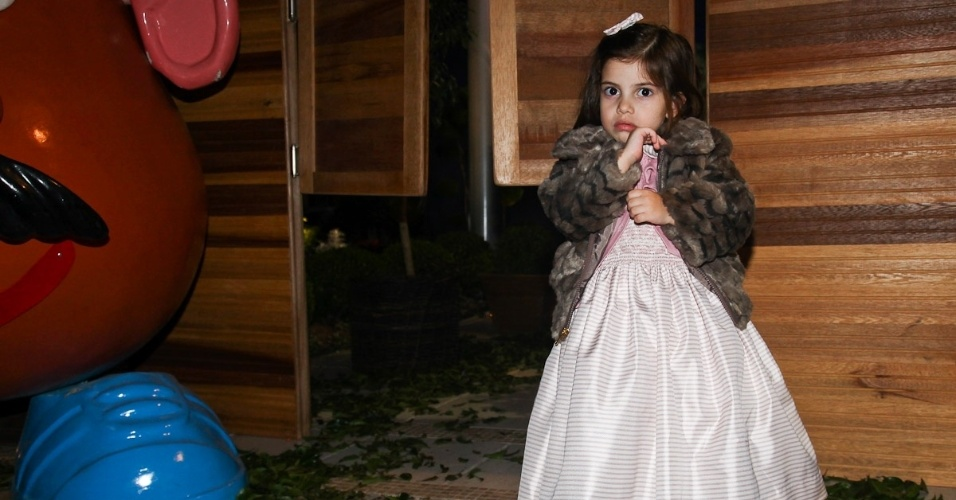 Maria Eduarda Guedes, filha de Edu Guedes, prestigiou o aniversário de três anos de Pietro, filho do apresentador Otávio Mesquita (25/6/12)