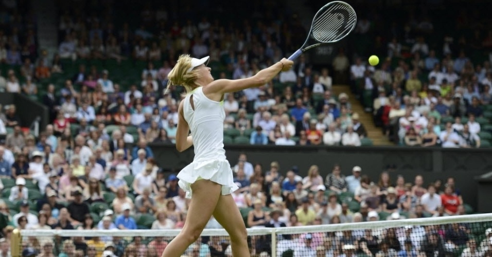 Maria Sharapova ataca Anastasia Rodionova durante vitria na estreia em Wimbledon