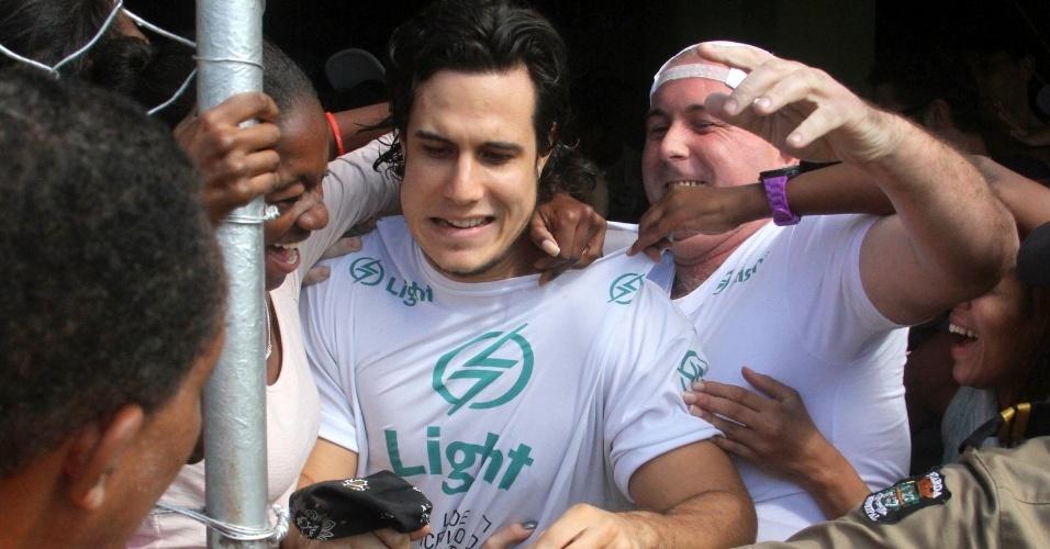 """O ator Emiliano D'Avila, o Lúcio de """"Avenida Brasil"""", é assediado por fãs durante partida de futebol no Rio de Janeiro (24/6/12)"""