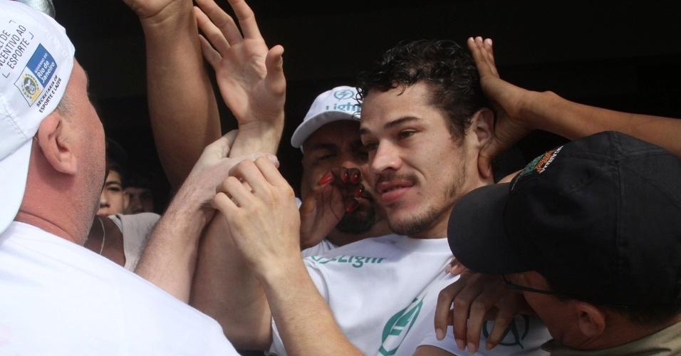 """O ator José Loreto, o Darkson de """"Avenida Brasil"""", é assediado por fãs durante partida de futebol no Rio de Janeiro (24/6/12)"""