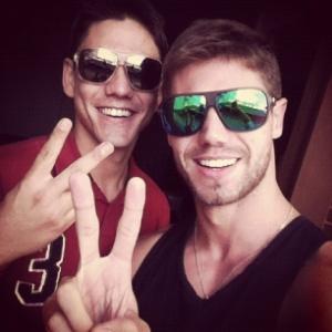 """O ex-BBB Jonas (dir.) e Rafael. """"Irmão querido! ;)"""", publicou Jonas, no Twitter, em maio de 2012"""