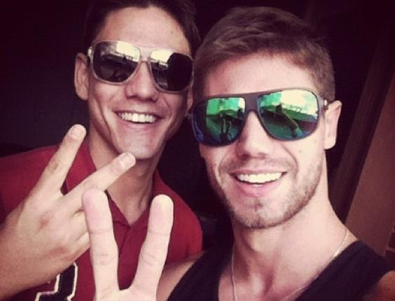 O ex-BBB Jonas (dir.) e o irmão Rafael, em maio de 2012