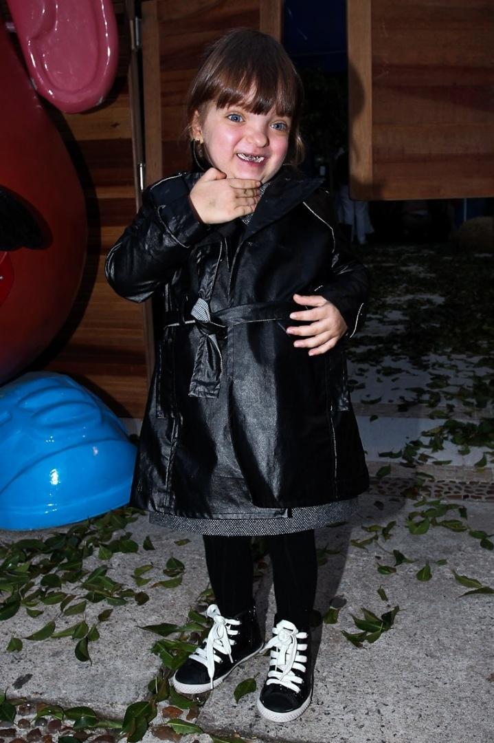 Rafaella Justus fez pose para os fotógrafos ao chegar no local da festa (25/6/12)