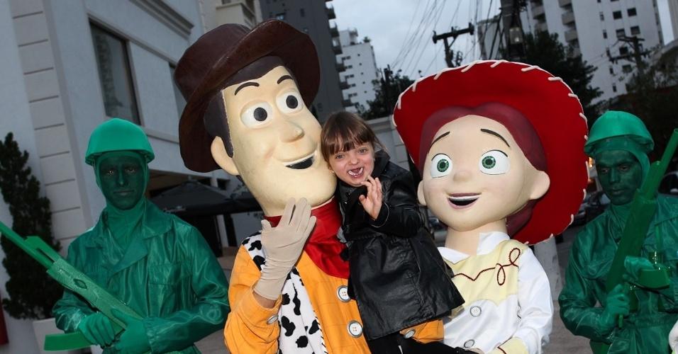 """Rafaella Justus tirou fotos com personagens do filme """"Toy Story"""". Tema da festa de Pietro (25/6/12)"""