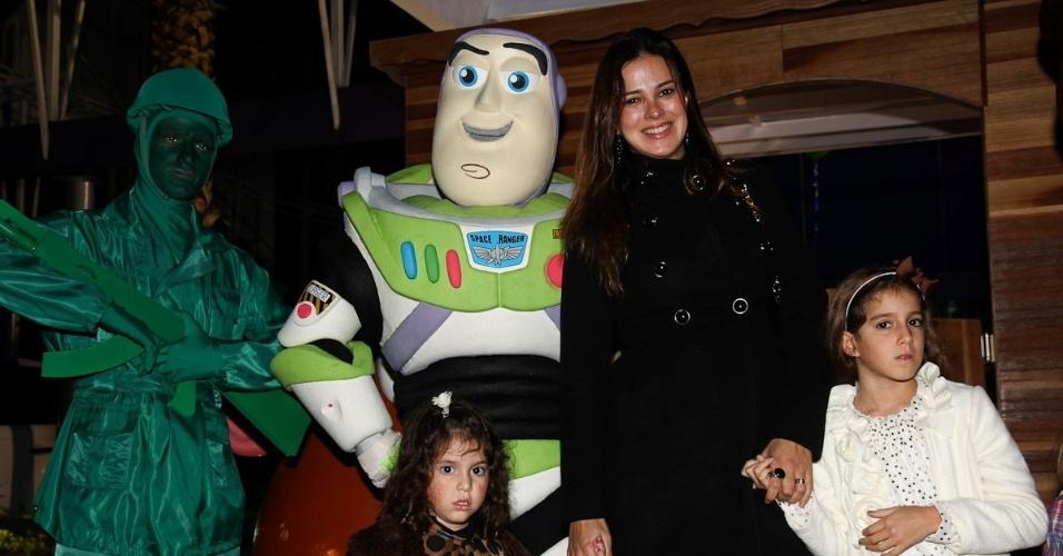 Vera Viel e as filhas Maria e Clara prestigiaram o aniversário de três anos de Pietro, filho do apresentador Otávio Mesquita (25/6/12).