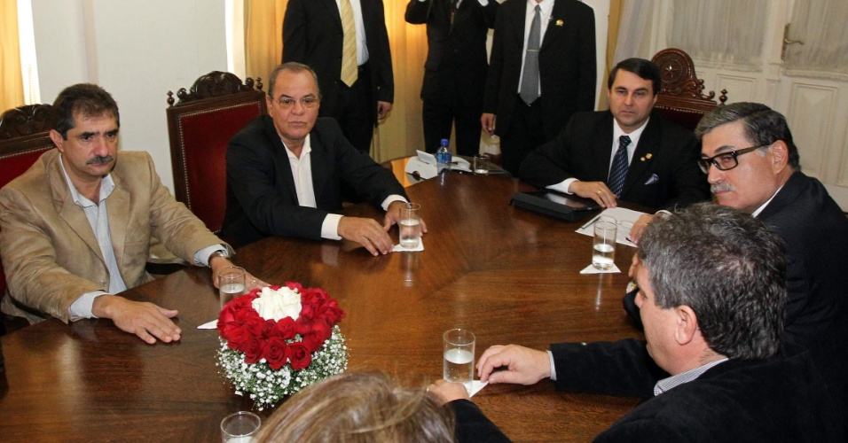 26.jun.2012 - Presidente do Paraguai Federico Franco (centro da mesa) se re&#250;ne com brasileiros residentes no pa&#237;s