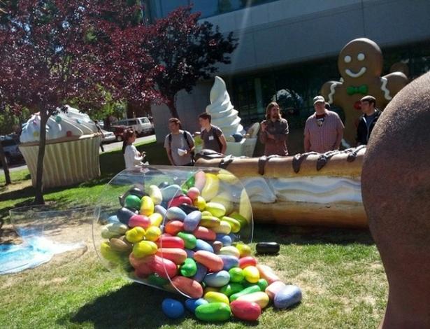 26.jun.2012 - Uma estátua do doce Jelly Bean (jujubas) apareceu em frente ao prédio principal do campus do Google em Mountain View, Califórnia (EUA), na véspera da conferência anual para desenvolvedores da empresa. Jelly Bean é o codinome do novo sistema operacional Android, substituto do Ice Cream Sandwich, que deve ser anunciado pela empresa no evento