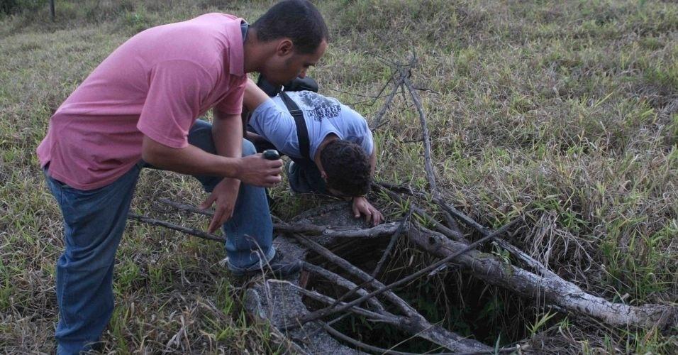 8.jul.2010 - Agentes da Polícia Civil procuraram o corpo de Eliza Samudio na propriedade do ex-policial Marcos Aparecidos dos Santos --conhecido também como