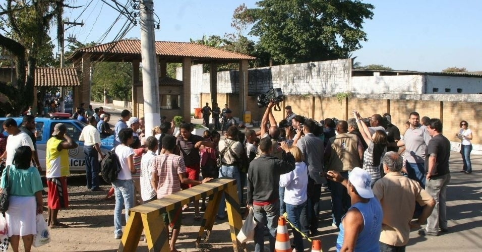 8.jul.2010 - Aglomera&#231;&#227;o de curiosos e jornalistas em frente &#224; entrada do complexo penitenci&#225;rio de Gericin&#243;, em Bangu, para onde Bruno e Macarr&#227;o foram levados