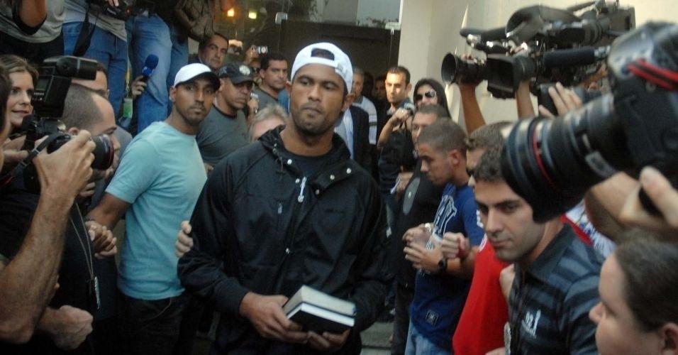 8.jul.2010 - Goleiro Bruno deixa a Divisão de Homicídios da Polícia Civil do Rio, na Barra da Tijuca (zona oeste), para o presídio de Bangu 2, no início da tarde desta quinta-feira (8)