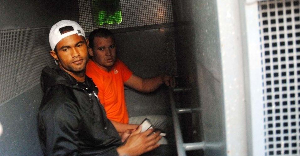 8.jul.2010 - Goleiro Bruno e seu amigo Luiz Henrique Romão, o Macarrão, são transferidos da Divisão de Homicídios da Polícia Civil do Rio, na Barra da Tijuca (zona oeste), para o presídio de Bangu 2