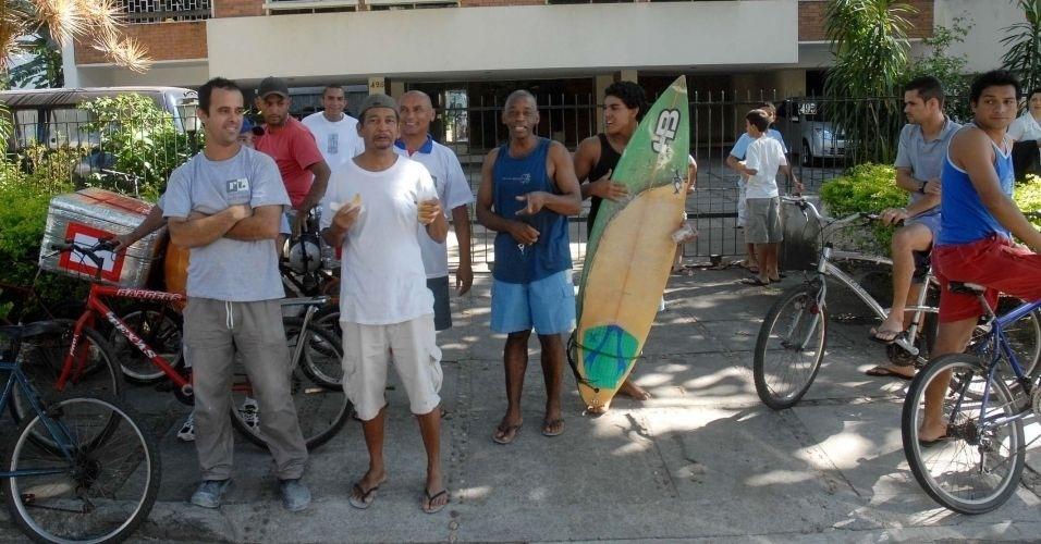 8.jul.2010 - População acompanha transferência de Bruno e Macarrão da Divisão de Homicídios da Polícia Civi, na Barra da Tijuca, zona oeste do Rio, para o presídio de Bangu 2
