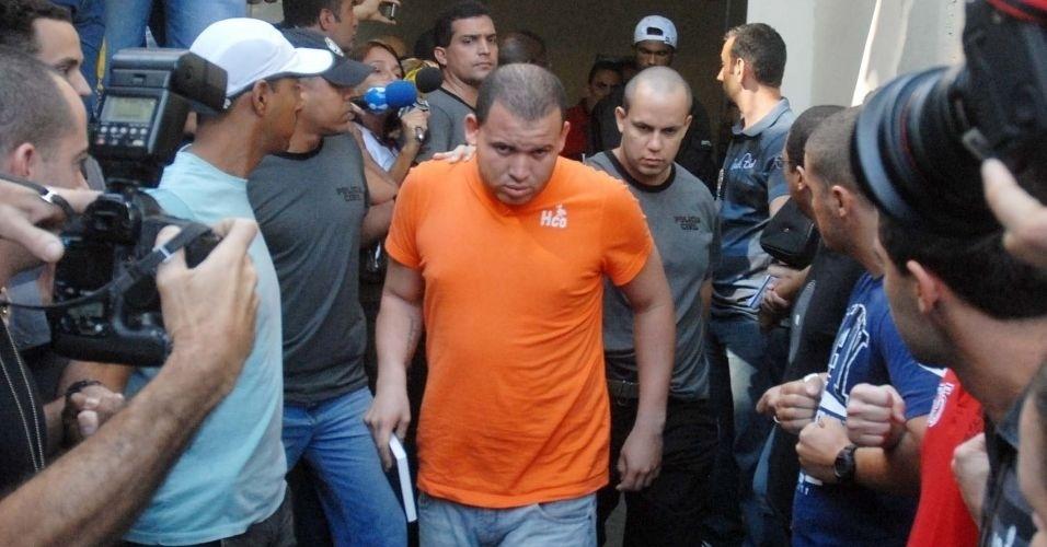 8.jul.2012 - Luiz Henrique Romão, o Macarrão, amigo de Bruno, é transferido da Divisão de Homicídios da Polícia Civil do Rio, na Barra da Tijuca (zona oeste), para o presídio de Bangu 2
