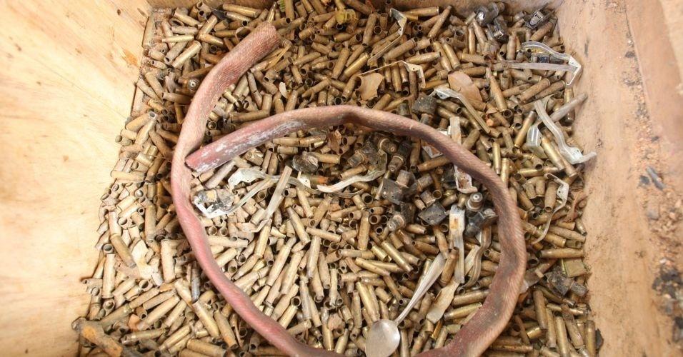 9.jul.2010 - Caixa repleta de cápsulas de balas no sítio alugado pelo ex-policial Marcos Aparecido dos Santos, o Bola, em Esmeraldas, na Região Metropolitana de Belo Horizonte