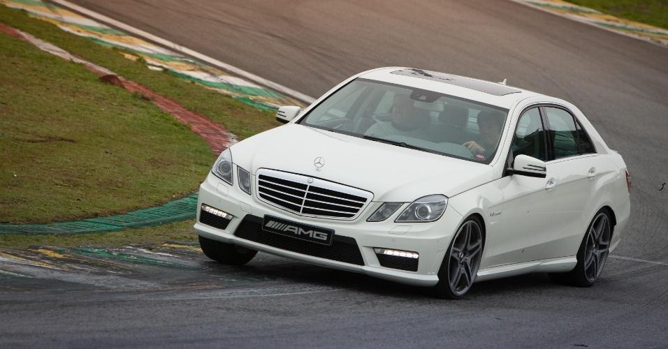 Há diversão com o E63 AMG na pista, mas é preciso mais habilidade e força do motorista do que no C63 Black Series