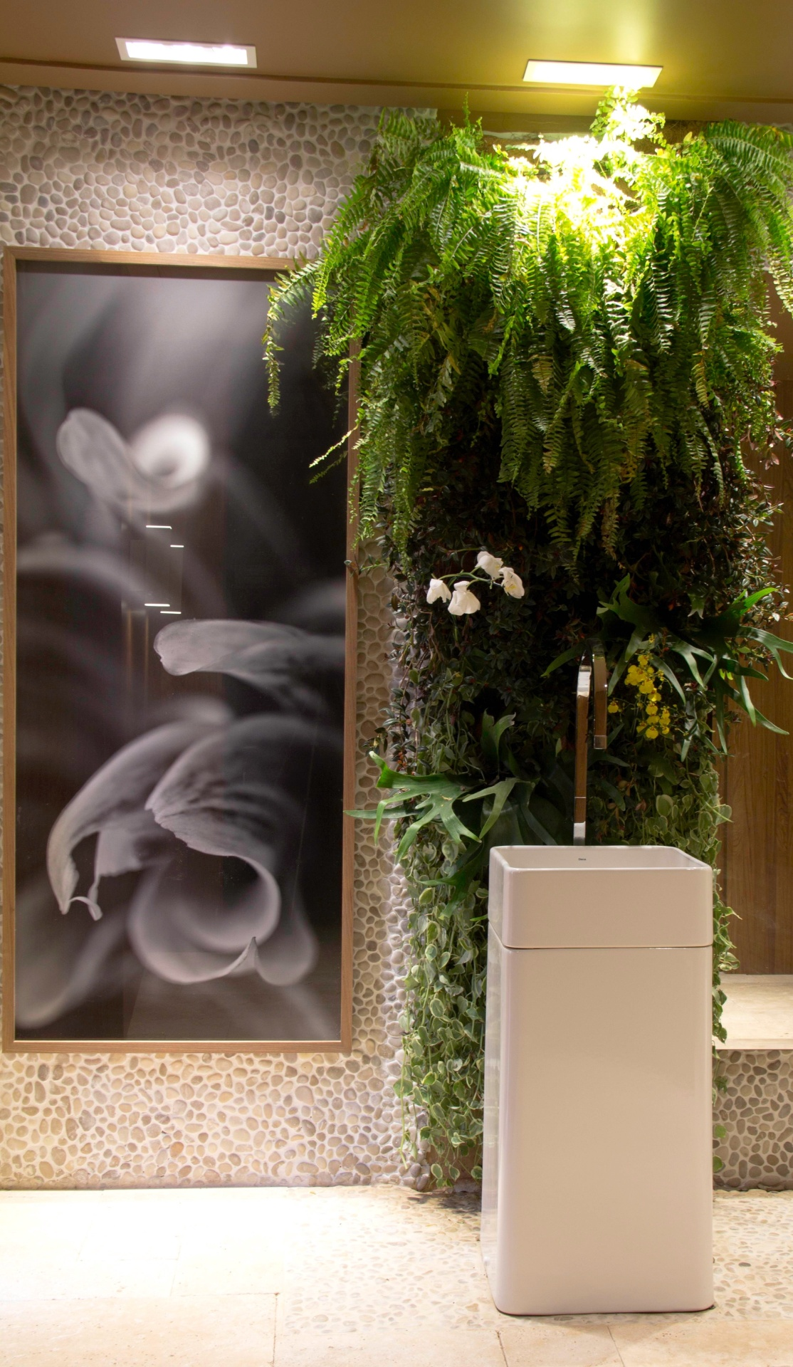 dupla Daniela Lobo e Priscila Iglesias criou o Banheiro Feminino  #4A6113 1114x1920 Aviso Banheiro Em Manutenção