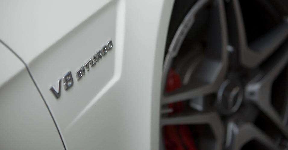 Emblema ao lado das rodas denuncia o que o E63 AMG esconde: um motor brutal de 5,5 litros (e não 6,3), dois turbos e oito cilindros