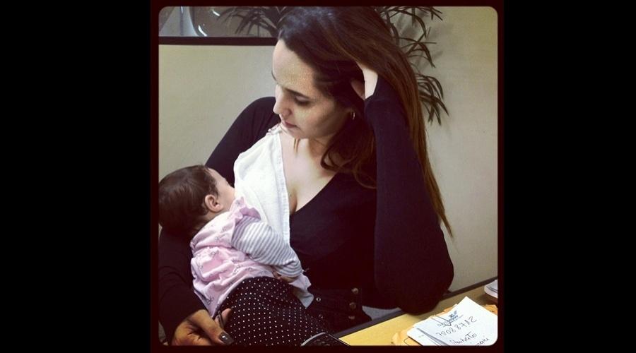 A ex-funkeira Perlla divulgou uma imagem onde aparece amamentando a filha Pérola (26/6/12)