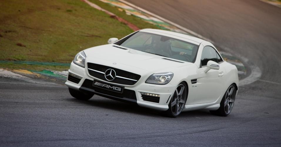 """Amigo de curvas, o SLK é o compacto esportivo de luxo da Mercedes. O teto """"abre em menos de 20 segundos"""", segundo a marca"""