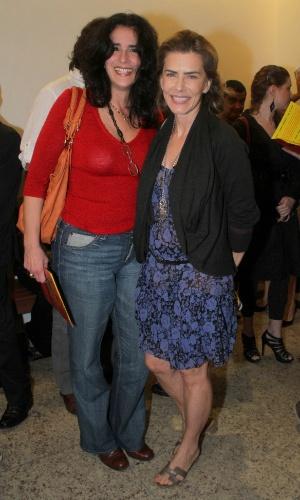 As atrizes Lúcia Veríssimo e Maitê Proença prestigiam a reabertura do Teatro de Ipanema, no Rio de Janeiro, que foi comprado pela prefeitura em dezembro e passou por algumas reformas (25/6/12)