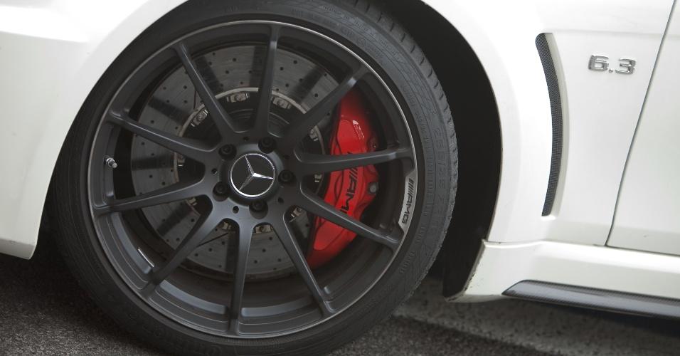 Rodas são de liga leve e pintadas de preto fosco, com pneus de perfil 255/35 R19 na frente e 285/30 R19 na traseira